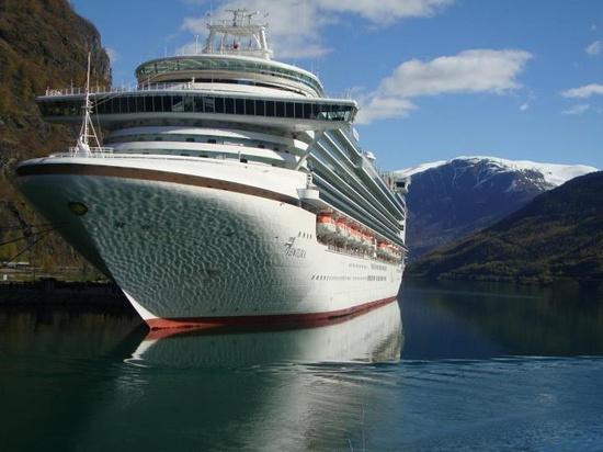 P&O Ventura at Olden-Nordfjord